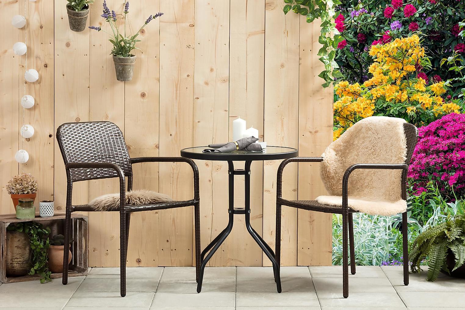 ALMEDALEN Pöytä 60 Musta + 2 HEMSE Pinottavaa tuolia Ruskea